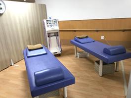 広い治療スペース。カーテンの仕切りもありますので安心して治療を受けて頂けます。